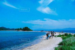 水の体の近くのビーチの人々 のグループの写真・画像素材[1366637]