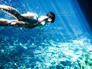 透明な海を泳ぐ女の写真・画像素材[1367336]