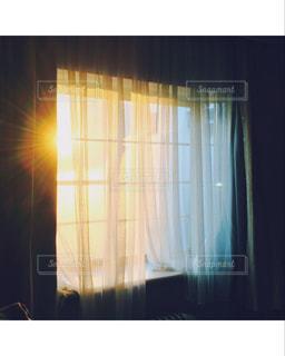 暗い部屋の窓の写真・画像素材[2179310]