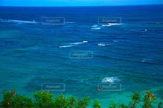 広い海でサップする人の写真・画像素材[1405663]