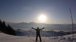 空,雪,晴天,山,人物,背中,人,スノーボード,ポジティブ