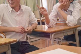 テーブルに座っている人々のグループの写真・画像素材[2432504]