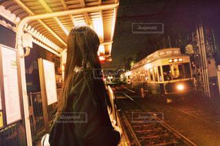 駅で列車を待っている人の写真・画像素材[2432559]