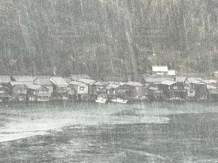 土砂降りの伊根の舟屋の遠景の写真・画像素材[1688235]