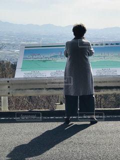 女性,風景,空,屋外,後ろ姿,人物,人,立つ,スマホ撮影,60代,奈良市内遠望,ドライブウエイ高円コース