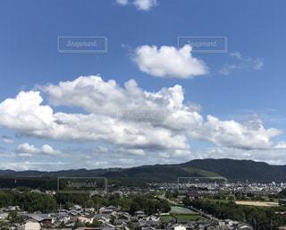 平城宮跡そして三笠山の上空の雲の写真・画像素材[2423970]