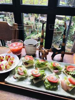 朝食、ミニネコと一緒の写真・画像素材[2488192]