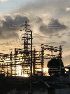 空,屋外,太陽,雲,シルエット,光,西陽,送電鉄塔,変電設備,鉄道架線