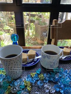 カフェ,コーヒー,朝食,花瓶,窓,テーブル,リラックス,マグカップ,食器,カップ,紅茶,おうちカフェ,ドリンク,おうち,ライフスタイル,ポット,ボウル,コーヒー カップ,おうち時間,受け皿