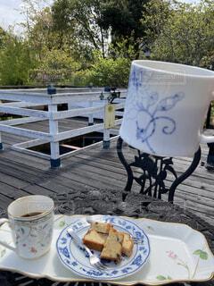 カフェ,コーヒー,屋外,デッキ,テーブル,樹木,皿,リラックス,マグカップ,食器,カップ,おうちカフェ,ドリンク,おうち,ライフスタイル,コーヒー カップ,おうち時間,受け皿