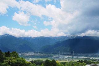 背景の山と水の大きな体の写真・画像素材[1396413]