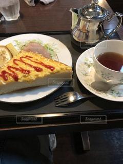 食べ物の皿とテーブルの上のコーヒー1杯の写真・画像素材[2281751]