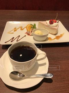 テーブルの上にコーヒーを一杯入れるの写真・画像素材[3391861]