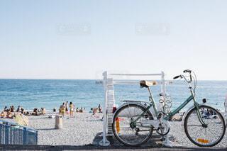 水の体の横に自転車を駐車します。の写真・画像素材[1385912]
