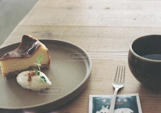 テーブルの上に食べ物のプレートの写真・画像素材[1462918]