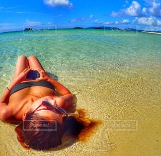 ビーチに座っている人の写真・画像素材[1401509]