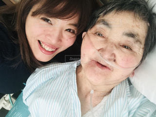 入院中のおばあちゃんとお見舞いに来た孫のツーショットの写真・画像素材[1622946]