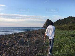 男性,20代,海,夏,夕焼け,夕暮れ,夕方,ワイシャツ,白いシャツ,夕暮れ時,白シャツ
