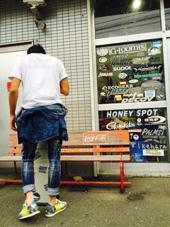 男性,夏,後ろ姿,タバコ,煙草,喫煙所,たばこ,白シャツ,ロールアップ,黄色い靴,白いtシャツ,釣具屋,腰巻きスタイル,アトランティックスターズ