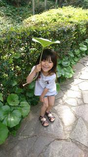 庭に座っている少女の写真・画像素材[1393187]