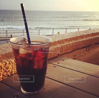 夏の夕暮れは海沿いカフェでの写真・画像素材[1412490]