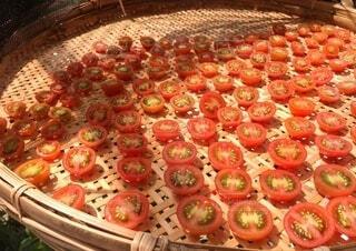 ドライトマト作り中、天日干しされるミニトマトの写真・画像素材[3684617]