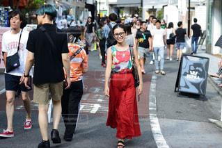 通りを歩く人々 のグループの写真・画像素材[1384471]