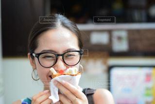 クレープを食べる顔の写真・画像素材[1384474]