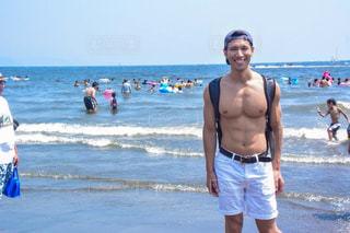 ビーチに立っている人の写真・画像素材[1428992]