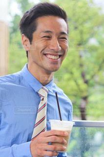 スーツとネクタイを身に着けている男の写真・画像素材[1385849]