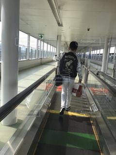 後ろ姿,床,後姿,旅行,空港,飛行場,出発,動く歩道