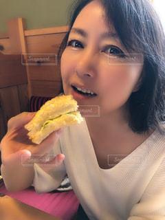 サンドイッチを食べる女性のクローズアップの写真・画像素材[2261983]