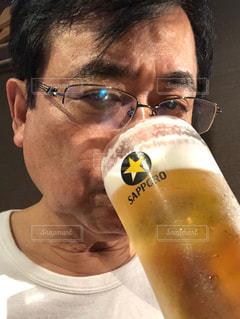 男性,食事,グラス,ビール,料理,乾杯,ドリンク,ジョッキ,生ビール,男の人,とりあえずビール