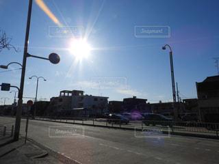 空,屋外,太陽,道路,光,道,明るい,通り,交通,日中