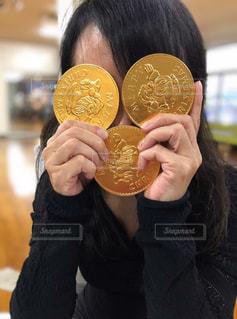 女性,1人,ファッション,屋内,黒,人物,コーディネート,コーデ,オリンピック,金,ゴールド,ブラック,金メダル,メダル,黒コーデ,2020東京オリンピック