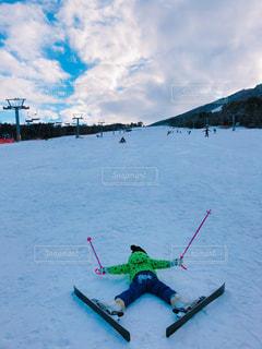 雪に覆われた斜面をスキーに乗る人の写真・画像素材[1715534]