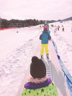 雪の中に立っている人の写真・画像素材[2944807]