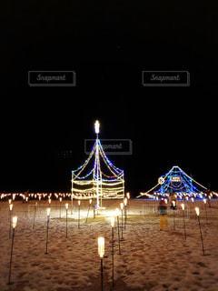 夜にライトアップされた雪上迷路の写真・画像素材[2944805]
