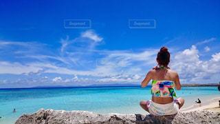 ビーチの前に立っている人の写真・画像素材[1387793]