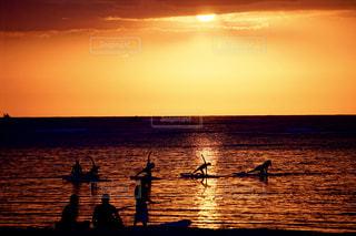 水の体に沈む夕日の写真・画像素材[1390208]