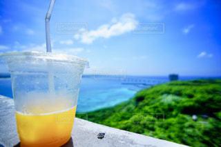 ジュースと海の写真・画像素材[1410866]