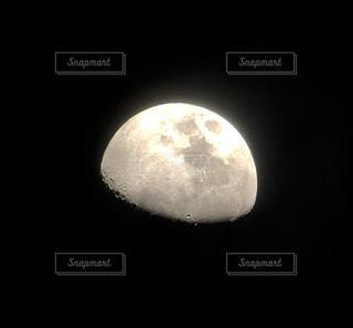 暗闇の中の光の写真・画像素材[1471603]