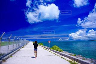 浜辺を歩く人の写真・画像素材[2333365]