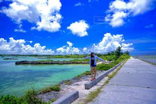 水域の隣に立っている人の写真・画像素材[2337083]