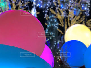赤い白と青の傘の写真・画像素材[2800092]