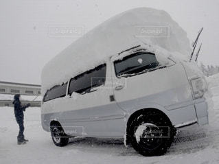 雪に覆われた車の写真・画像素材[2835551]