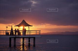 水域に沈む夕日の写真・画像素材[2860450]