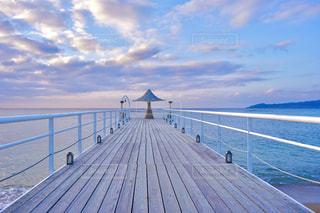 水域の隣にある木製の桟橋の写真・画像素材[2871294]