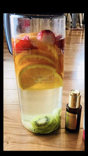近くのテーブルの上のガラスのコップで飲み物をの写真・画像素材[1413476]