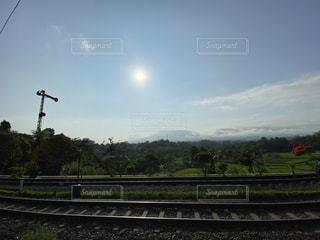 空,屋外,太陽,線路,光,草,樹木,鉄道,インドネシア,ボゴール